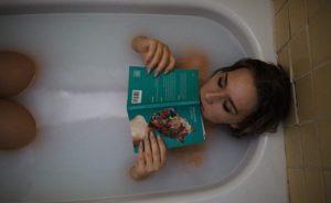 Salt Water Bath गर्म पानी में नमक डालकर नहाने के फायदे